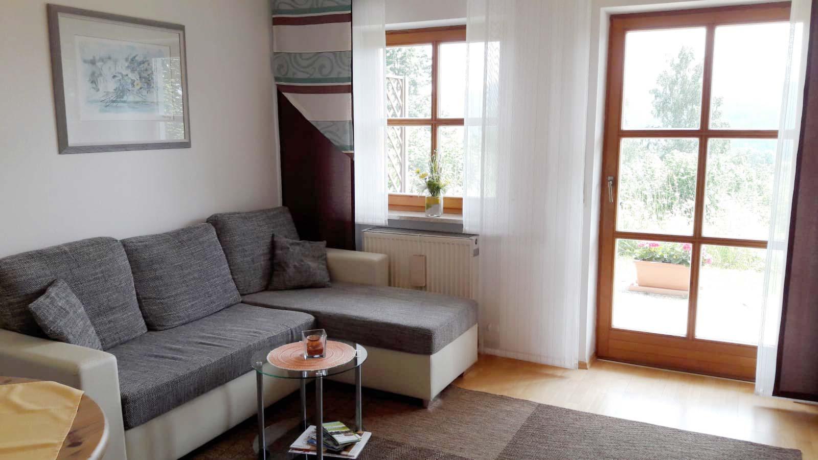 helles Wohnzimmer der günstigen Fewo in Bodenmais